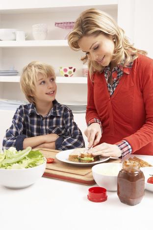 бесплатный фото мать на кухне подглянул