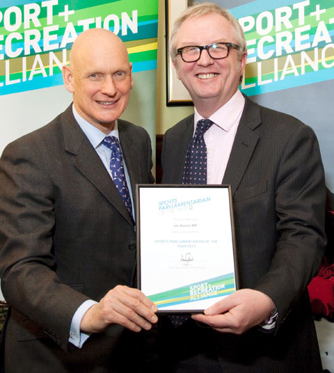 Olympic gold medallist swimmer, Duncan Goodhew MBE presents the award to Dudley North MP Ian Austin.