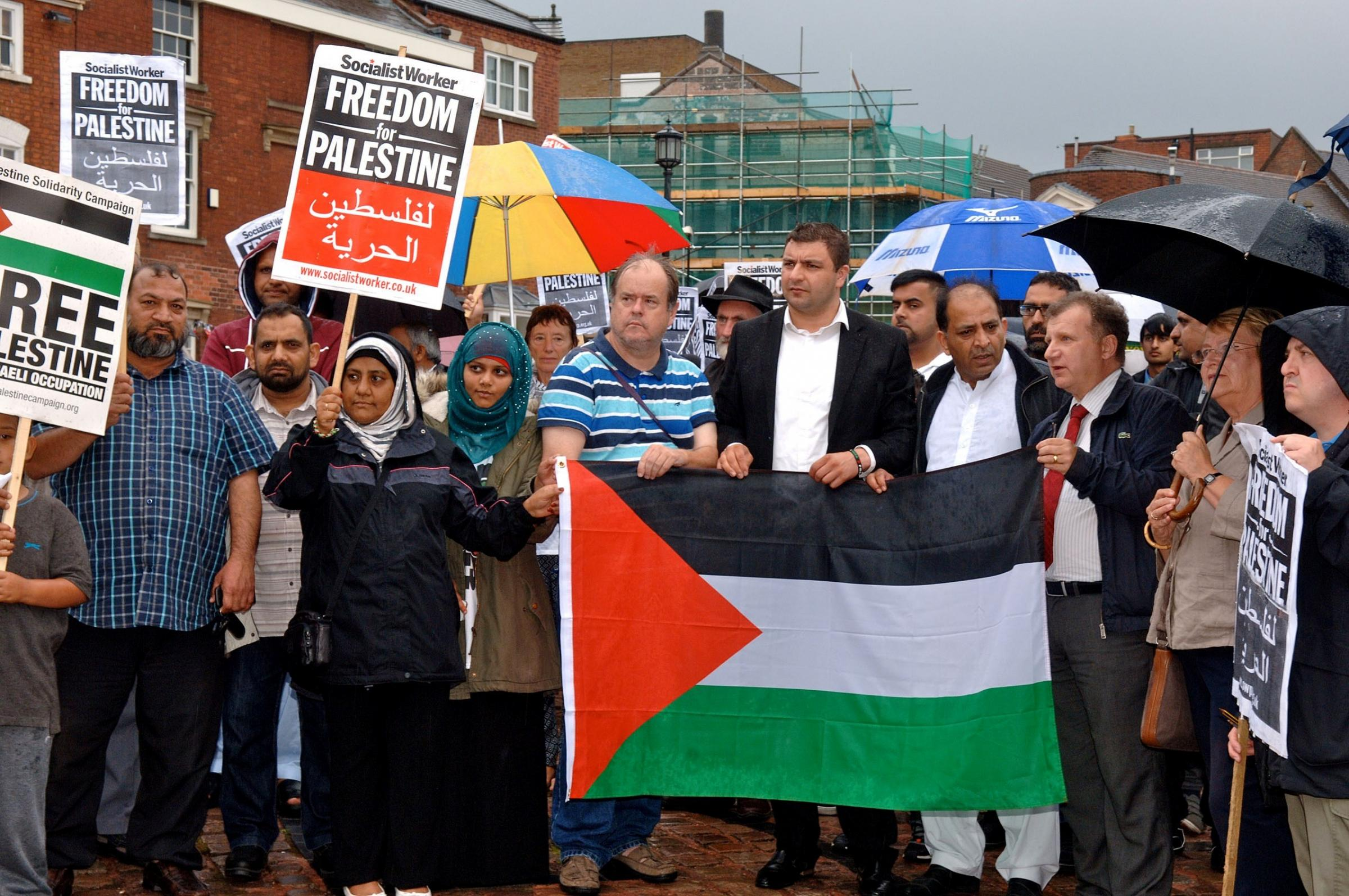 Stourbridge Palestine Solidarity Group's peace and justice vigil in Dudley. 321406LA